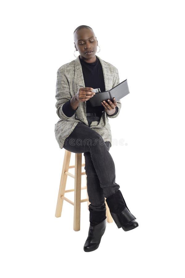 Zwarte Vrouwelijke Onderneemster Paying voor Rekeningen en Rekening stock foto