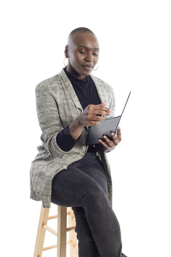 Zwarte Vrouwelijke Onderneemster Paying voor Rekeningen en Rekening stock afbeelding