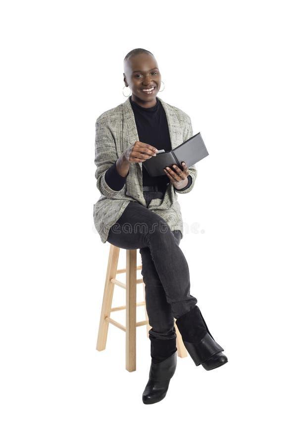 Zwarte Vrouwelijke Onderneemster Paying voor Rekeningen en Rekening royalty-vrije stock afbeeldingen