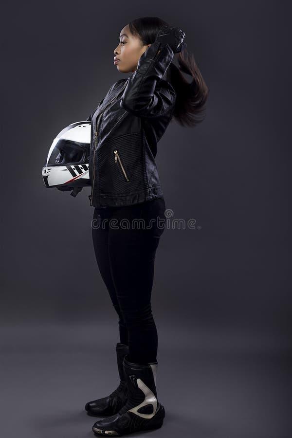 Zwarte Vrouwelijke Raceauto die Haar Haar bevestigen royalty-vrije stock afbeeldingen