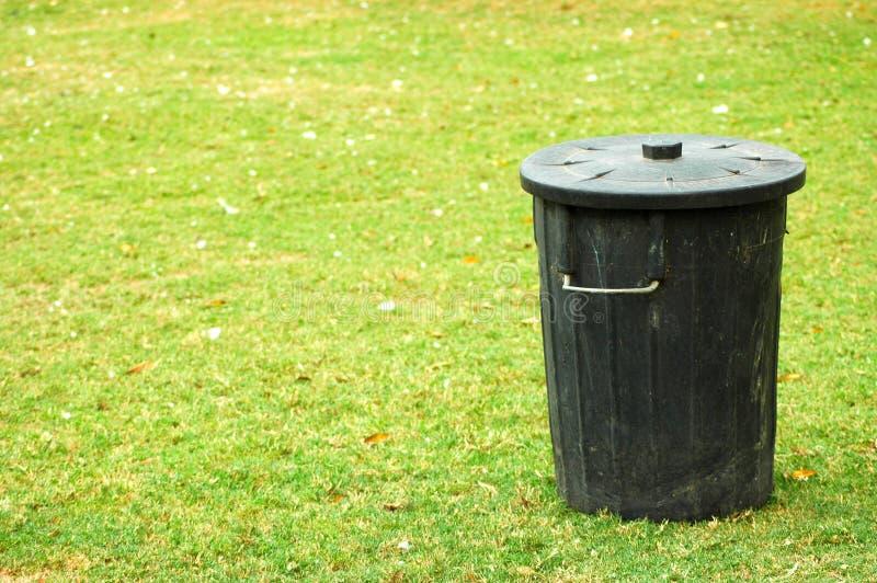 Zwarte vuilnisbak stock afbeelding