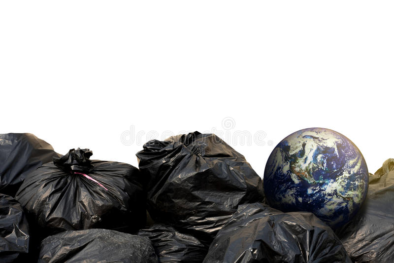 Zwarte vuilniszakken en de aarde stock fotografie