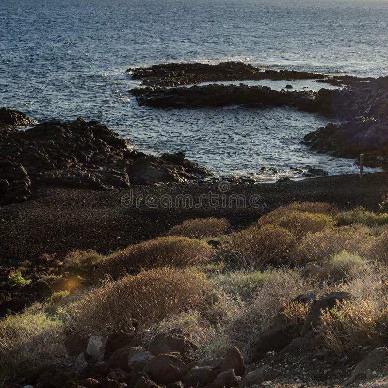 Zwarte vulkanische kust in Tenerife, Canarische Eilanden in Spanje royalty-vrije stock foto