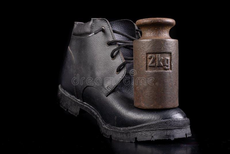 Zwarte werkschoen en 2 kg gewicht Slijpbestendige schoenen voor productiewerkers royalty-vrije stock afbeeldingen