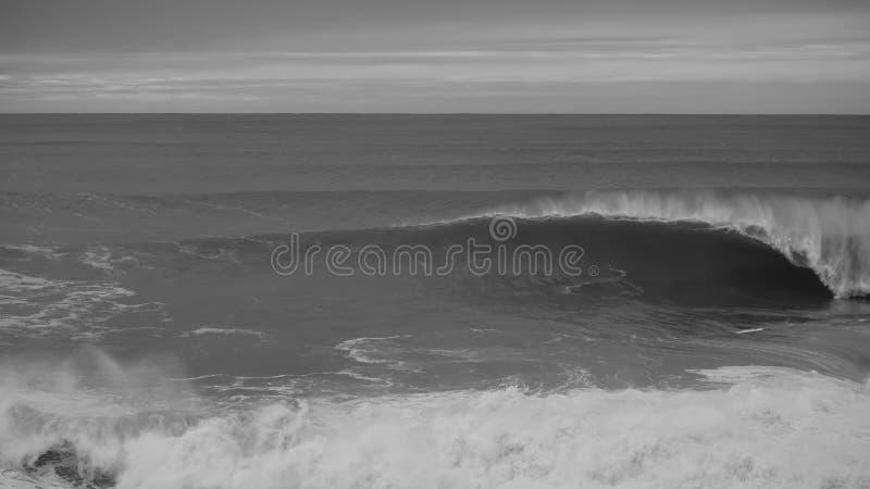 Zwarte & witte oceaan en golven die op een bewolkte dag verpletteren royalty-vrije stock afbeeldingen