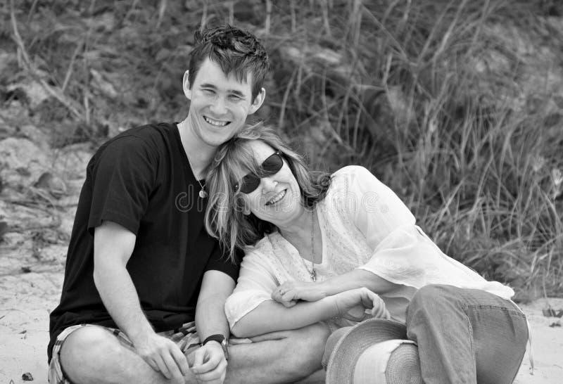 Zwarte witte portret in openlucht hartelijke moeder en tienerzoon stock fotografie