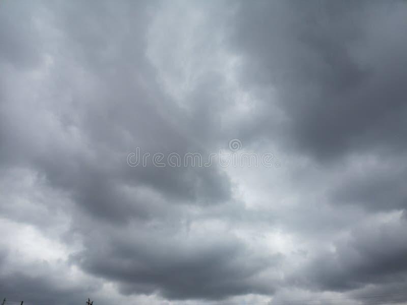 Zwarte wolken in de hemel vóór de regen komst stock foto