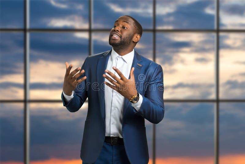 Zwarte zakenman die passionately spreken royalty-vrije stock afbeeldingen