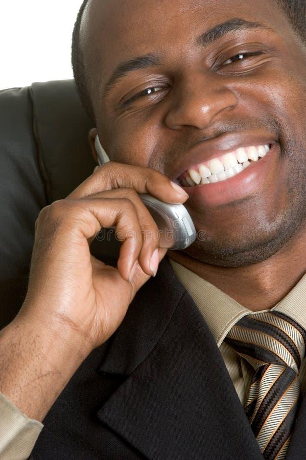 Zwarte Zakenman op Telefoon stock foto