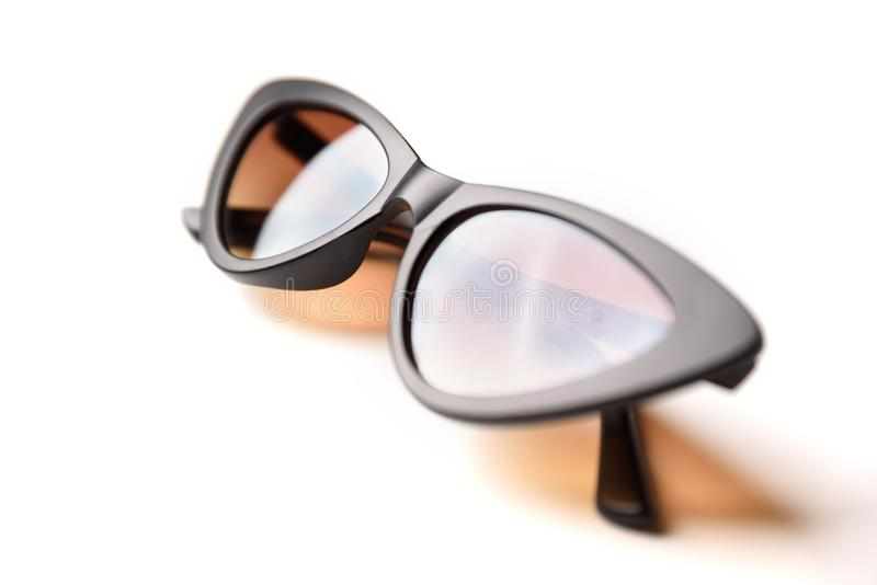 Zwarte zonnebril met bruin die glazenclose-up op witte achtergrond wordt geïsoleerd stock fotografie