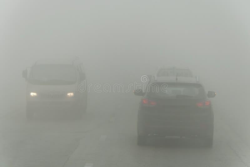 Zwartej mgły i biedy widoczność na drodze Niebezpieczne napędowe sytuacje Widok na autostrada ruchu drogowym mglisty poranek nisk zdjęcia stock