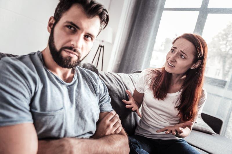 Zwarzona nieszczęśliwa kobieta opowiada jej mąż obrazy stock
