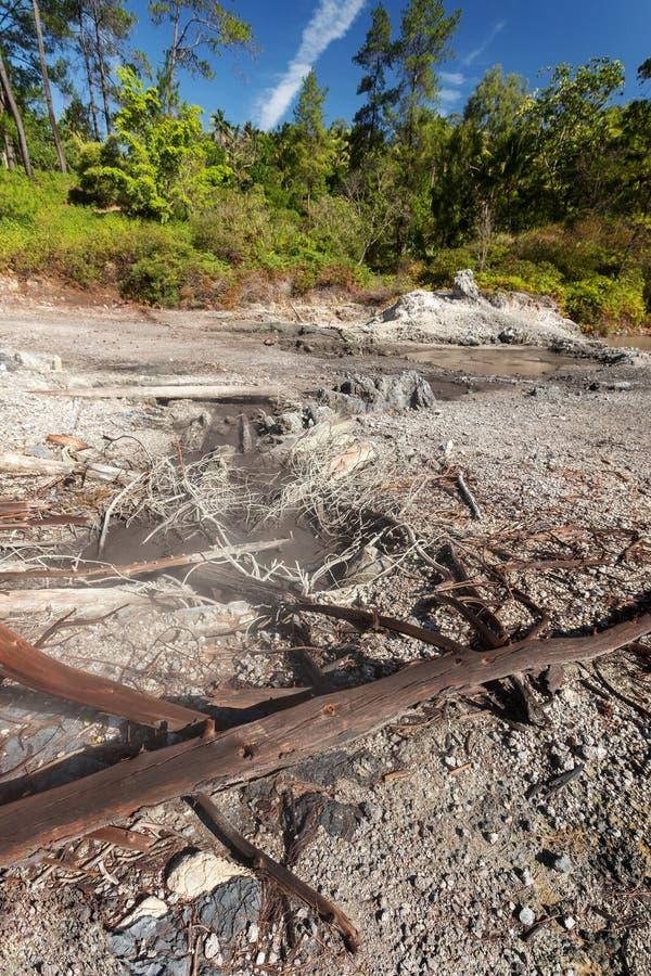 Zwavelachtige meren dichtbij Manado, Indonesië stock foto's