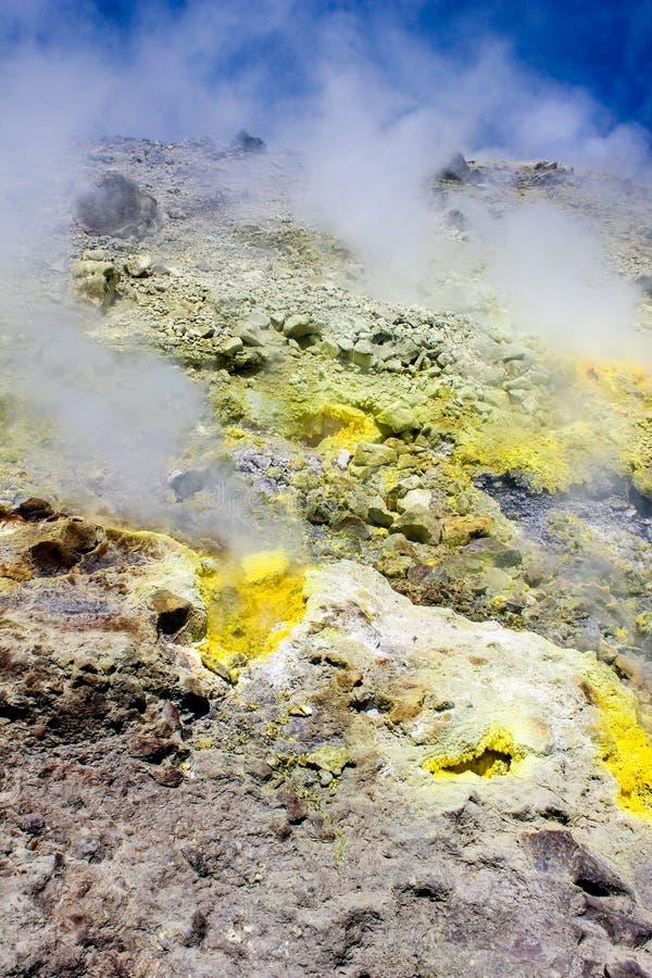 Zwavelstoom op een vulkaan royalty-vrije stock afbeeldingen