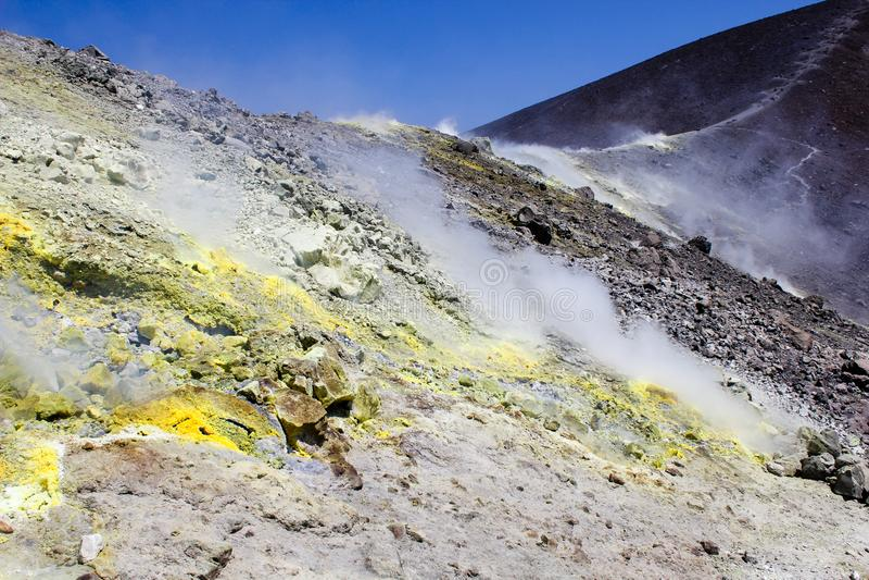 Zwavelstoom op krater royalty-vrije stock afbeelding