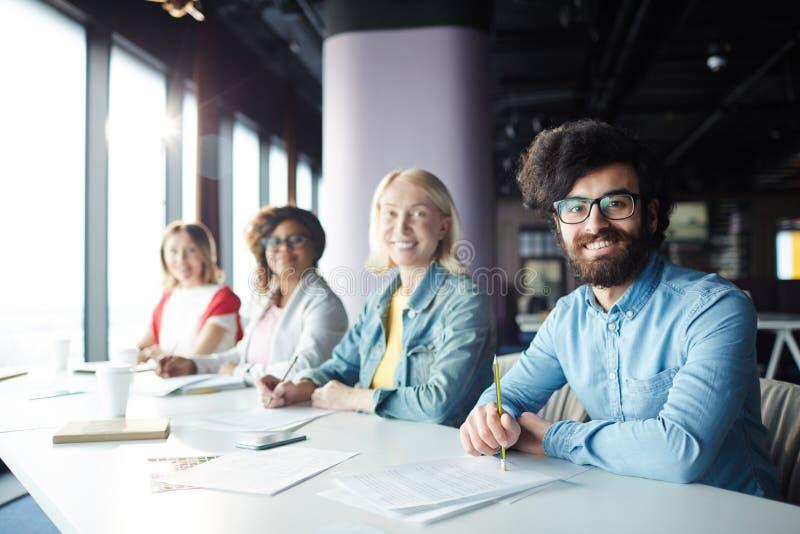 Zweckmäßige Geschäftsleute am pädagogischen Ereignis lizenzfreies stockbild