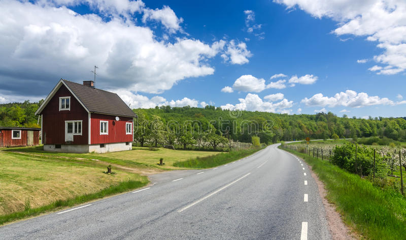 Zweeds landbouwbedrijf dicht bij de weg royalty-vrije stock foto's