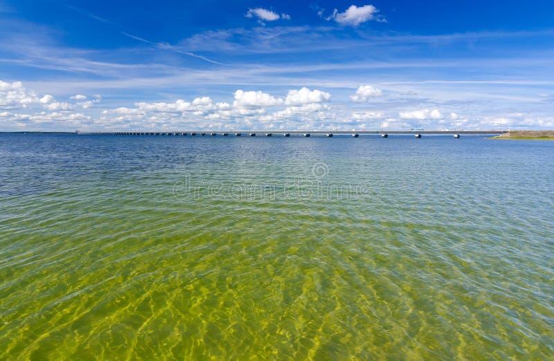 Zweeds strand dicht bij de Oland-verbindingsbrug royalty-vrije stock afbeelding