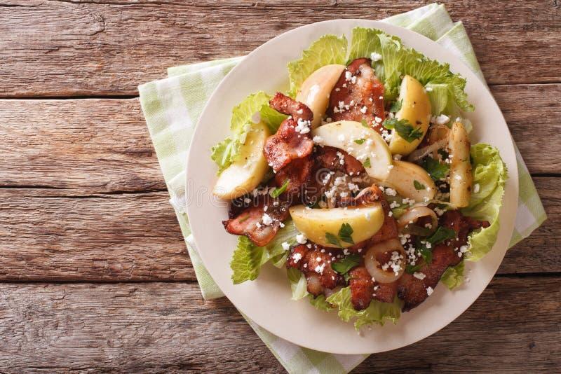 Zweedse salade met gebraden bacon, groene appel en geitkaas Hor stock foto