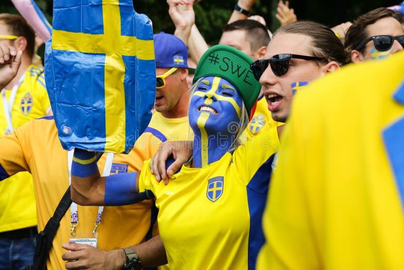 Zweedse ventilatorsparade En mensen die zingen dansen royalty-vrije stock fotografie