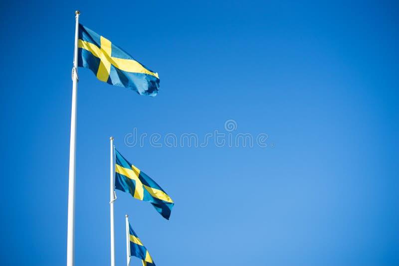 Zweedse Vlaggen in duidelijke blauwe hemel - Gothenburg, Zweden royalty-vrije stock foto's