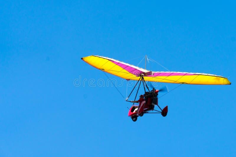 Zweefvliegtuig hoog in de hemel Zweefvliegtuig op een blauwe hemelachtergrond royalty-vrije stock afbeelding