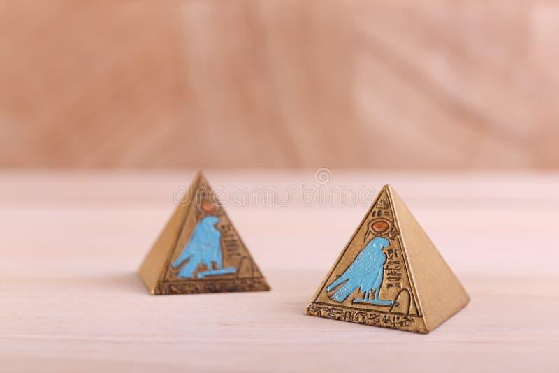Zwei ägyptische Pyramiden mit Bildern lizenzfreie stockfotos