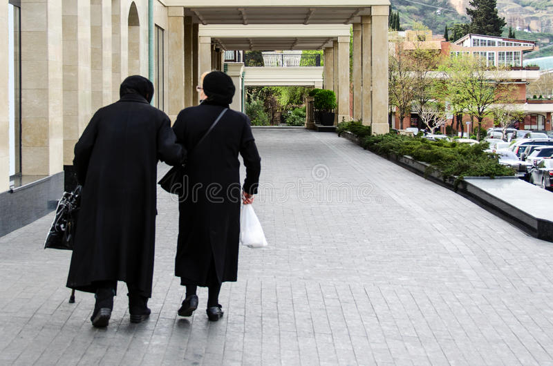 Zwei ältere Frauen gehen um Stadt lizenzfreies stockfoto