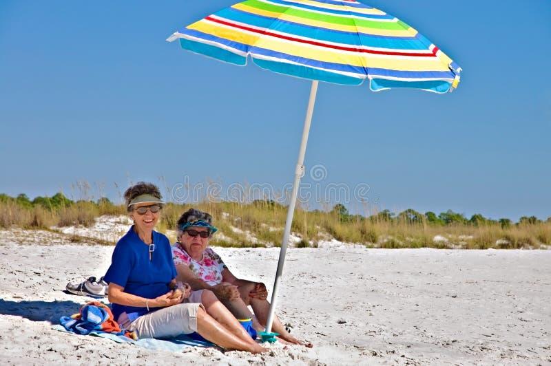 Zwei ältere Frauen am Strand stockbild