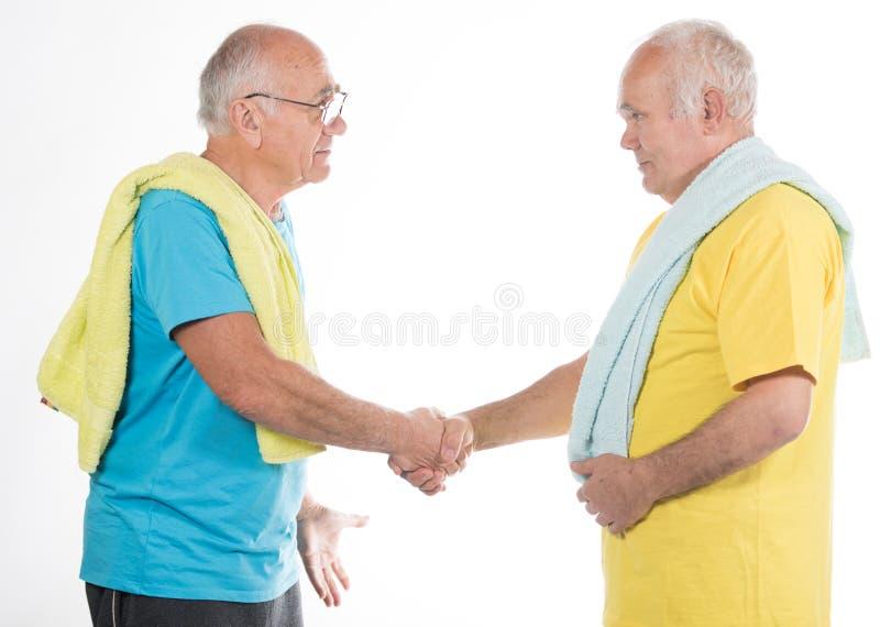 Zwei ältere Männer, die Sport tun lizenzfreies stockbild