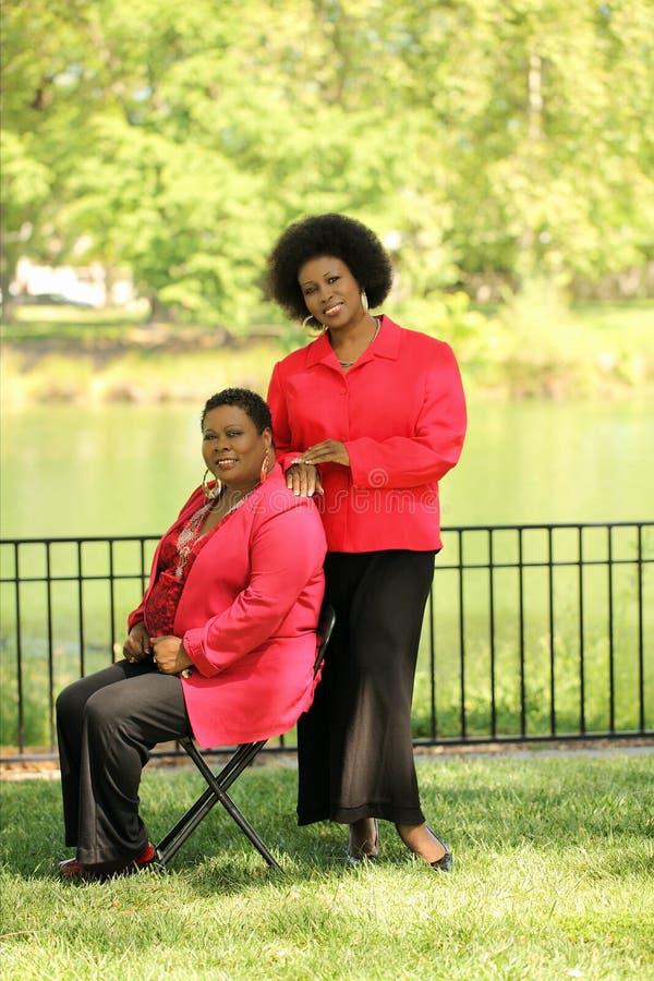 Zwei ältere schwarze Frauen draußen lizenzfreie stockfotos