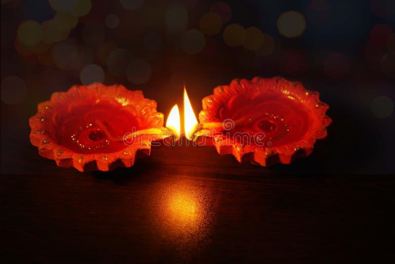 Zwei Öllampen beleuchtet während auf Diwali-Festivals lizenzfreies stockbild