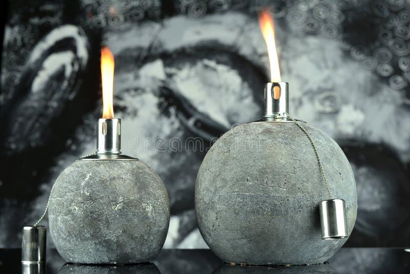 Zwei Öllampen mit beleuchtetem Docht lizenzfreies stockfoto