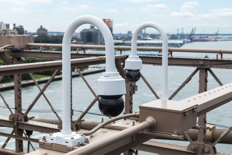 Zwei Überwachungskameras auf der Brooklyn-Brücke in New York City, USA lizenzfreies stockbild