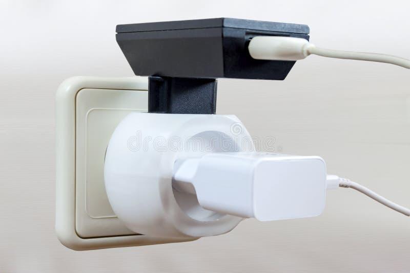 Zwei Adapter mit USB-Drähten sind im Ausgang eingeschlossen lizenzfreies stockfoto