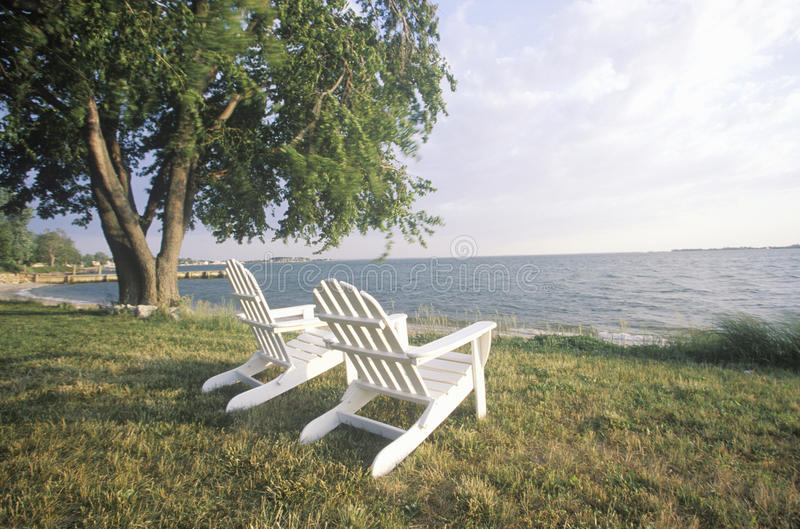 Zwei Adirondack Stühle stockfotografie