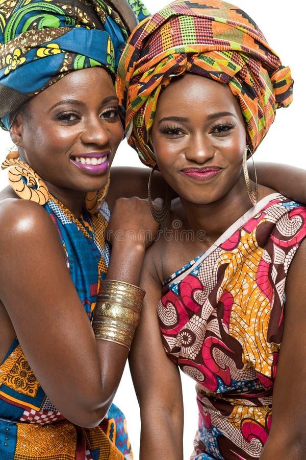 Zwei afrikanische Mode-Modelle auf weißem Hintergrund. lizenzfreies stockbild