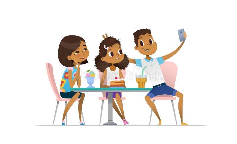 Zwei afro-amerikanische Mädchen und Jungensitzung am Café a und am nehmen selfie Nehmende Jugendlichfreunde im Restaurant lizenzfreie abbildung