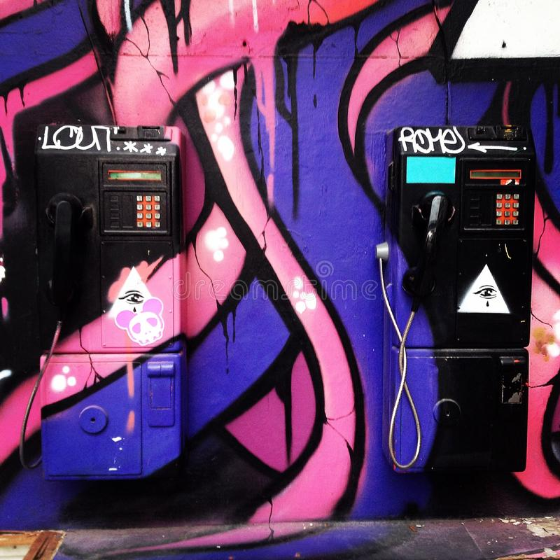 Zwei allgemeine Telefone gemalt durch Sprayfarbe lizenzfreie stockfotos