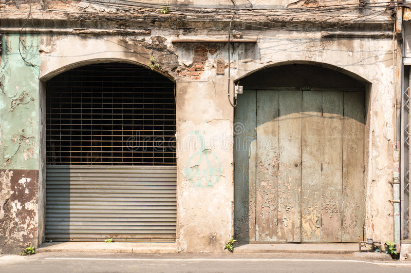 Zwei alt und verwitterte Türen stockbilder