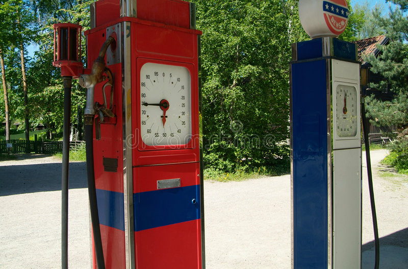 Zwei alte Benzinpumpen stockfoto