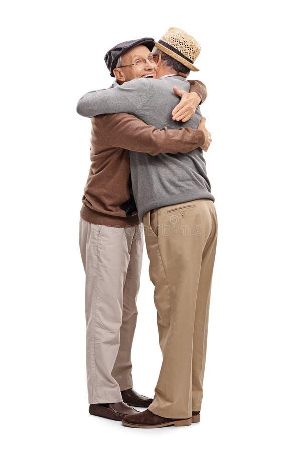 Zwei alte Freunde, die sich umarmen lizenzfreies stockbild