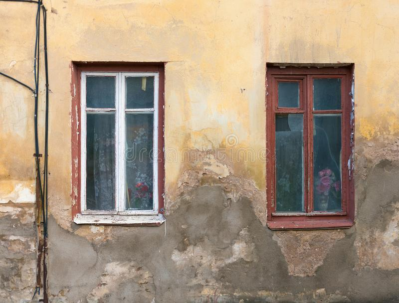 Zwei altes Haus Windows und eine Wand stockfotografie