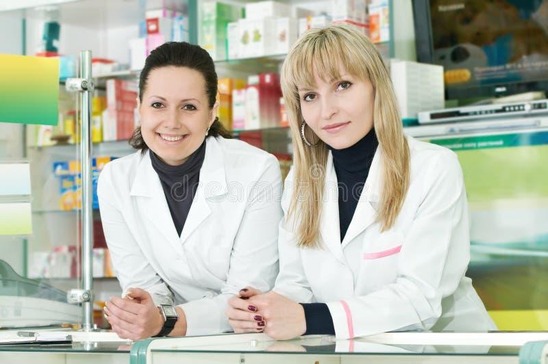 Zwei Apothekechemikerfrauen im Drugstore stockbild