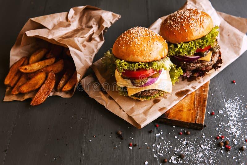 Zwei appetitlich, köstlicher selbst gemachter Burger stockfotos