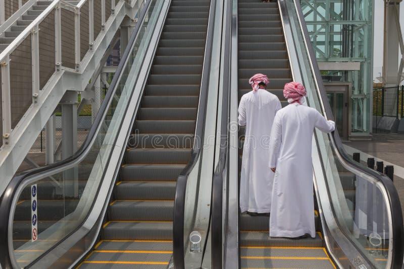 Zwei arabische Männer, die Ausstellung 2015 in Mailand, Italien besuchen stockfotos