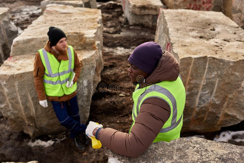Zwei Arbeitskräfte, die im Steinbruch stillstehen stockfotografie