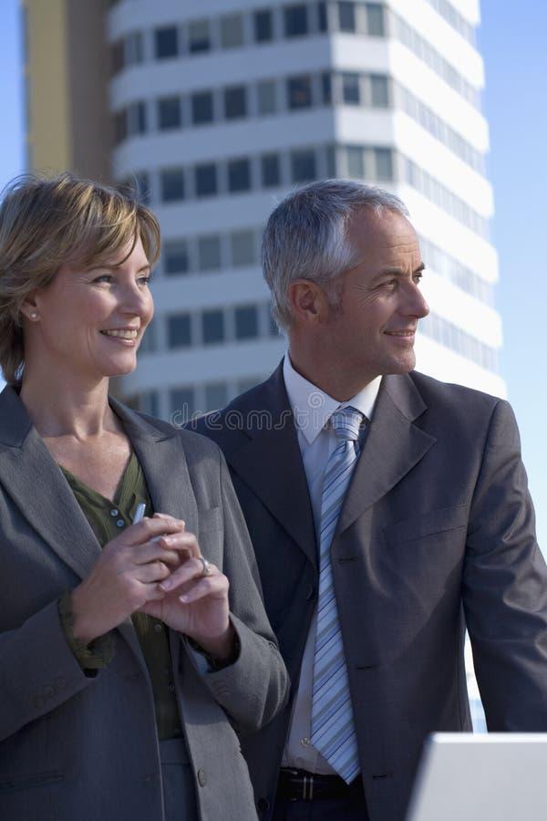Zwei Architekten auf Standort stockfotos