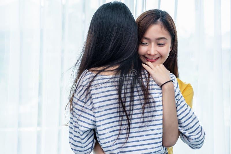 Zwei Asiatinnen, die zusammen im Schlafzimmer umfassen Paarleute und Sch?nheitskonzept Gl?ckliche Lebensstile und s??es Haupthaup stockbild