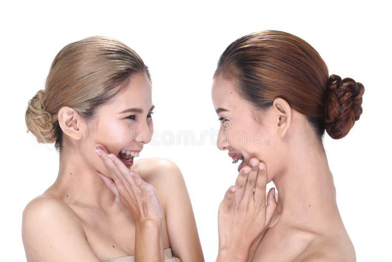 Zwei Asiatinnen mit schöner Mode bilden eingewickeltes Haar stockfotografie